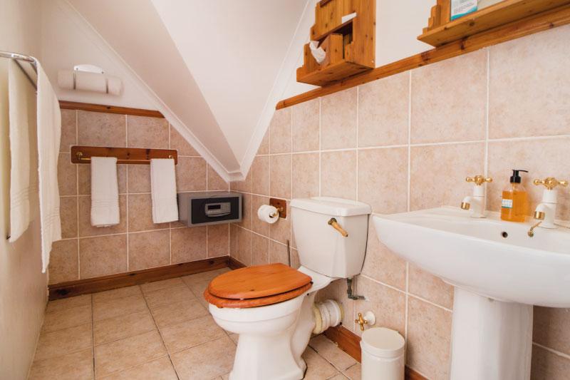 kite-quarters-travellers-places-room-14-bathroom