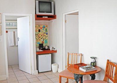 kite-quarters-travellers-places-room-19-kitchenette-bathroom