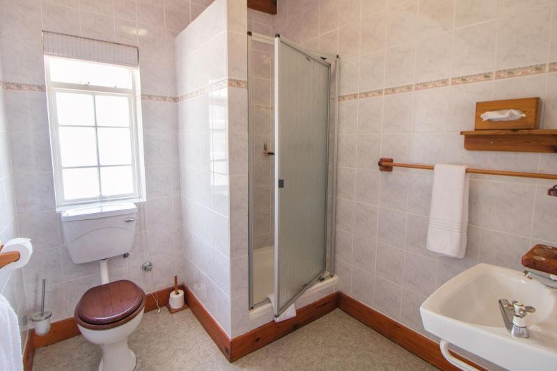 the-farmhouse-hotel-frank-wightman-cottage-bathroom